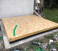 Cadre avec le sol posé sur le cadre bitumé