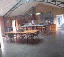 Coté salle à manger avec table et chaises recyclées