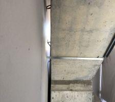 Voici l?escalier béton avec des erreurs de prise de cotes. Le coffrage a pourtant été réalisé deux fois par le maçon avant de couler le béton. Mais vu le résultat c?etait certainement le 1er escalier béton de sa vie.