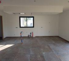 Carrelage 60x90 posé, la pièce est agrandit c'est parfait. Notre cuisine et posé aussi mais les photos arriveront bientôt Notre construction c'est super bien déroulée (attaqué en février) et nous emménagerons dans 3 semaines maximum