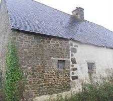 """Bureau : la façade nord avec les """"fenêtres"""" existantes. Depuis la toiture a été rénovée, et un débord de toit de 55 cm existe, permettant de réaliser une isolation par l'extérieur en ballots de paille avec enduit chaux."""