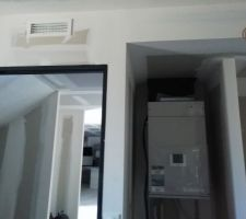 L'unité intérieure de la pompe à chaleur système Ribo + bouche de soufflage au-dessus de la porte