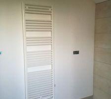 Sèche serviette salle de bain : on en a 2 de 1000W chacun pour assurer l'appoint de la maison si besoin