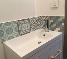 La finition du lave-mains WC étage : carreaux de ciments en tons bleus