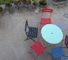 Chaises et table de jardin.