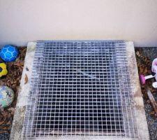Pose d'un caillebotis en métal sur l'accès à la cour anglaise afin de faciliter la ventilation du vide sanitaire