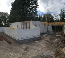 Elévation des murs et coulage des poutres du carport