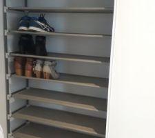 Mise en place des portes de placard dans le couloir pour la création d'un placard de rangement manteaux / chaussures