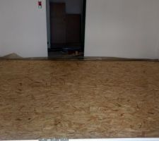 Chambre, sol isolé avec 56 mm de styrodure, puis 18 mm d'OSB marine.