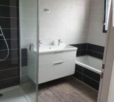 Salle de bain manque plus que le miroir et les appliques :)
