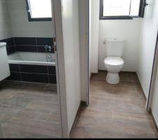 Salle de bain manque plus que le miroir et les appliques :) et wc sur pied à côté