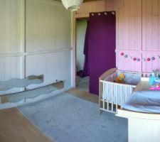 Chambre provisoire pour la petite dernière le temps des travaux dans la maison.