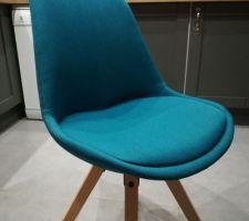 Chaise bleu pétrole