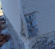 Après un nettoyage succinct par le terrassier, pour dégager l'accès avant injections de résine, celui-ci a cassé 2 angles pourtant il avait une petite pelleteuse!!!