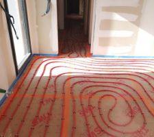 Pose des serpentins du plancher chauffant