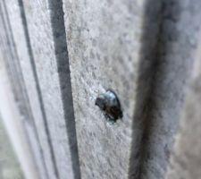 Le morceau de vis sort du mur