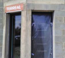 Ouvertures : porte d'entrée et baie vitrée