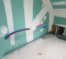 Debut plomberie SDB etage, l'expert dit qu'il manque la ventilation primaire mais comme ils commencent la plomberie, ca va ptet s'arranger...je suis....
