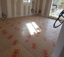 Pose des dalles isolantes pour le futur plancher chauffant