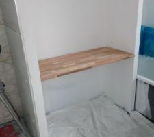 Installation du meuble vasque fait maison pour la salle de bains des enfants