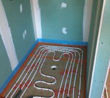 Pose du plancher chauffant dans la douche a l´italienne salle de bain parentale