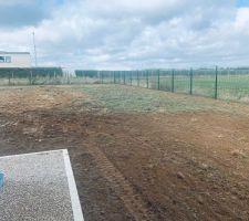 On attaque la préparation du terrain en vue de la création de la pelouse.