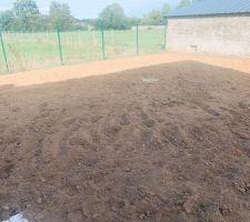 On attaque la préparation du terrain en vue de la création de la pelouse. En fin de journée ça a tout de suite plus de gueule.