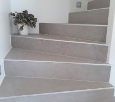 L'escalier avec le carrelage principal mais en 120cm... Le constructeur nous conseillait des plinthes bois en plus, choix décliné.