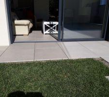 baie vitrée salon avec seuil béton, sans bavette ; but : aligner les niveaux intérieur/extérieur (avec les plots, c'est possible...)