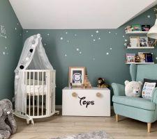 Chambre de notre bébé - berceau, coffre à jouets et tapis d'éveil