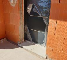 Porte d'entrée initialement protégée avec une plaque de PVC + un film plastique... Il ne reste presque plus rien