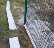 On poursuit la pose de la clôture...