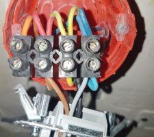 Branchements avec sortie de câble appropriée, mais fixation compliquée avec dominos x 4