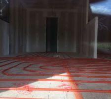 Pose isolation sol et tuyau chauffage au sol
