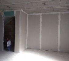 Salon et porte donnant sur le sous-sol+ garage