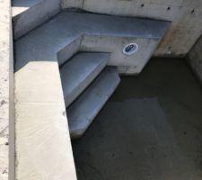 Escalier et banquette piscine coulés