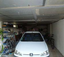Voiture dans le garage