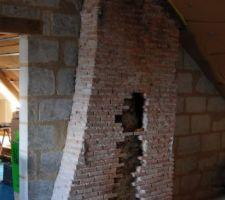 Retrait de moellons de tuffeaux pour maçonnerie future en briquettes de terre cuite récupérés sur une autre cheminée (abattue)