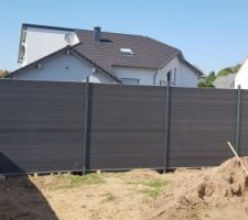 La clôture  ok et maintenant il manque le plus que le portillon....