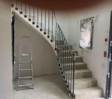Rambarde en acier dans l'escalier