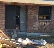 Porte d entrée avec tiers vitré. Les parpaings seront recouverts de bois red cedar