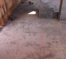 Escalier mal positionné. J'ai tracé le plan à la craie et l'escalier ne devrait pas venir s'appuyer contre le poteau de soutien mais devrait être décalé pour passer une cloison placo standard de 7cm. L'emplacement prévu de la cloison est dessiné en rouge