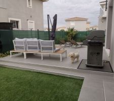 Pose du carrelage des terrasses terminée, installation du matériel de terrasse