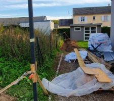 Dernière ligne droite demain montage des poteaux  et la clôtures côté  des voisin
