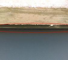 Rayure dans la peinture du cadre de porte de garage.