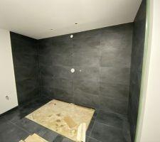 Le mur de la douche (douche centrale/ double entrée)