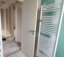 :) les radiateurs électriques sont posés dans les salles d'eau