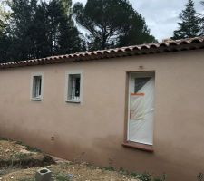 Façade terminée enduit Rose Provence frottassé  Vue de face en cours de séchage