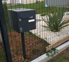 Insertion de la boîte aux lettres dans la clôture