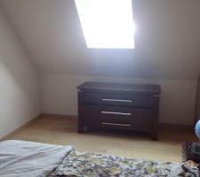 Vue du mur sous velux qu'on souhaite aménager avec des meubles tiroirs (idéalement avec 3 meubles de 90 cm).